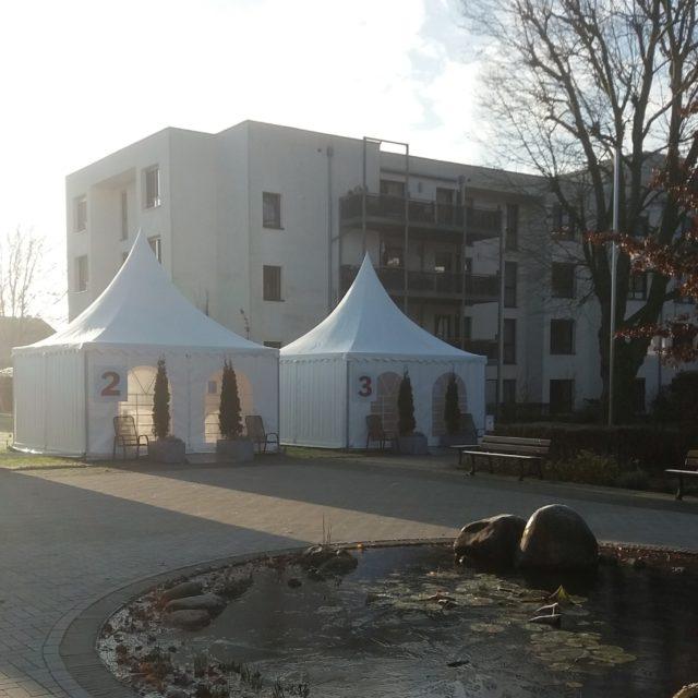 Besucher-Pavillons in der winterlichen Morgensonne (10. Dezember 2020)