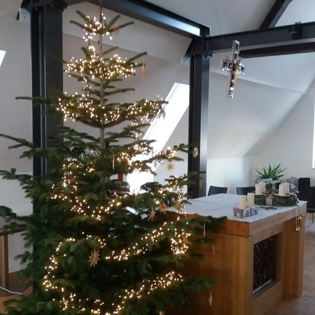 Der Weihnachtsbaum in der Kapelle wurde aufgestellt (10. Dezember 2020)